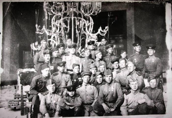 Патієвич М. з бійцями у кабінеті А.Гітлера. Берлін, 1945 рік.