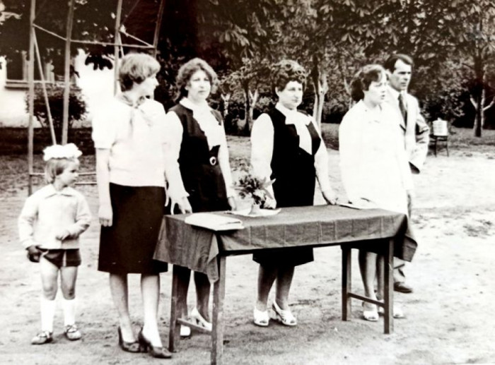 Урочиста лінійка з нагоди закінчення навчального року в Грядівській середній школі. 1970-ті роки