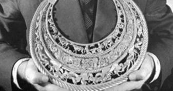Золота пектораль в руках у Бориса Мозолевського