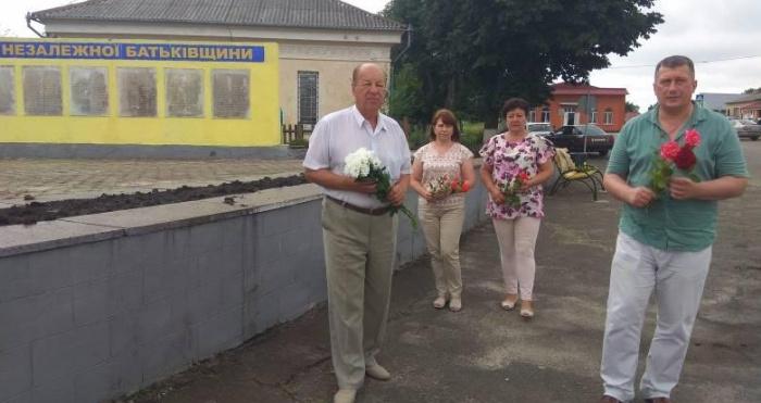 У Локачах поклали квіти до меморіалу Слави та братської могили