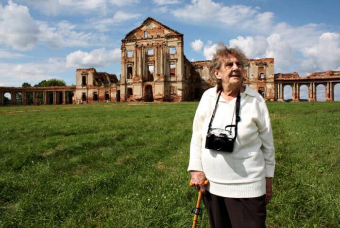 Ельжбета біля руїн Ружанського палацу