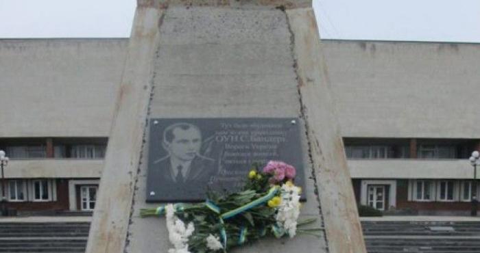 Пам'ятник Бандері на площі Героїв Майдану