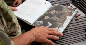 Військо читає. Фотоілюстрація