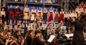 Особлива гостя концерту — 85-річна співачка Домініка Чекун