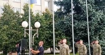 Державний прапор підіймає Валентин Довгун