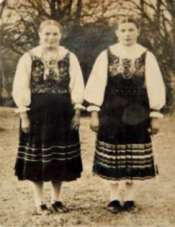 На фото з Новоайдарського краєзнавчого музею: Бадлак Анна Філімонівна, 16 років (справа) зі своєю сестрою у с. Переможному Новоайдарського р-ну. Саме вона передала музею лемківський костюм 1906 року своєї матері