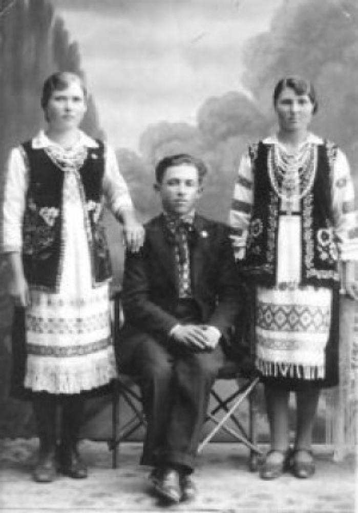 На фото з архіву Надії Тутової: Лесик Ганна, Потич Федір та Лесик Юля у рідному селі Ліскуватому