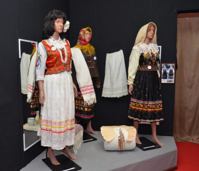 Експозиція Новоайдарівського краєзнавчого музею (зліва направо): жіноче весільне вбрання, тепла зимова одежа із кожушком, жіночий лемківський костюм 1906 року