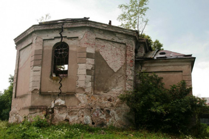 Зруйнована церка в селі Вуйковичі (Ujkowice) Перемишльського повіту Підкарпатського воєводства