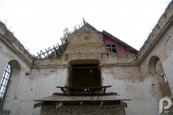 Нині всередині храму спорудили тимчасову церкву