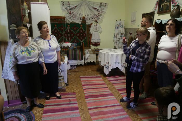 У музеї села Сокіл гостей піснею зустріли Лідія Редчук та Євгенія Сасовська.