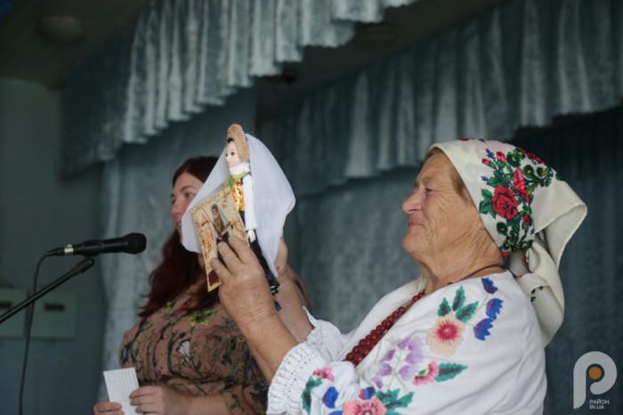 Письменниця подарувала музею села ляльку ручної роботи, виготовлену за образом княгині Анни Сокольської.