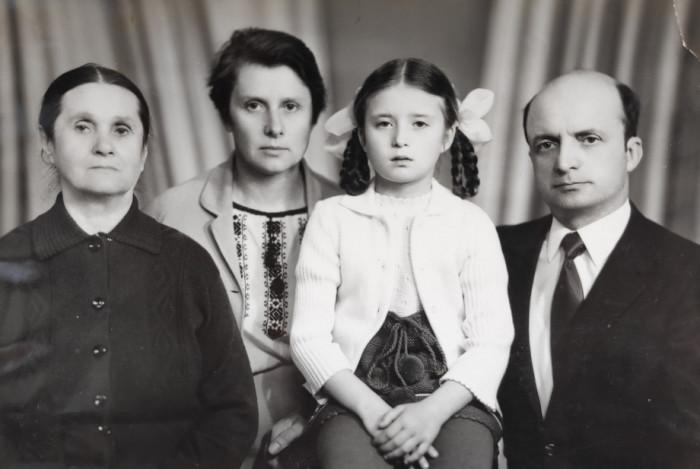Із свекрухою, дружиною і донькою