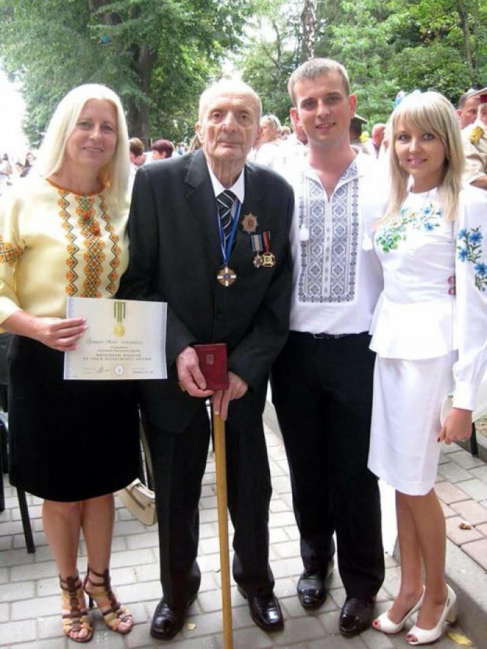 Євген Грицяк із донькою Мартою, онуком Тарасом і невісткою Вірою на врученні медалі «25 років незалежності України», 2016 р.