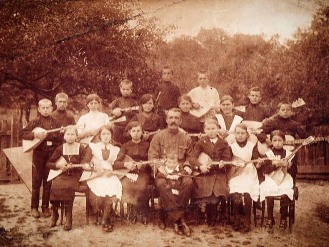 Учні сільського училища в Любомлі на фото 1910 року