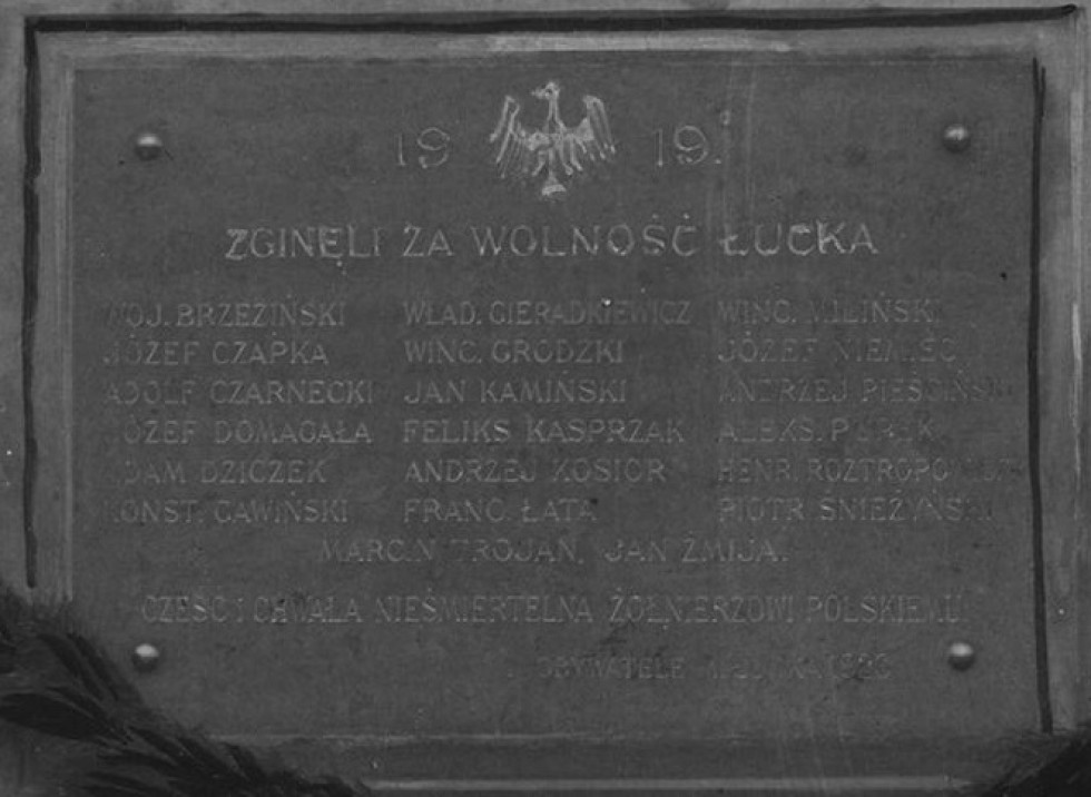 На пам'ятнику викарбували імена двадцятизагиблих польських вояків.