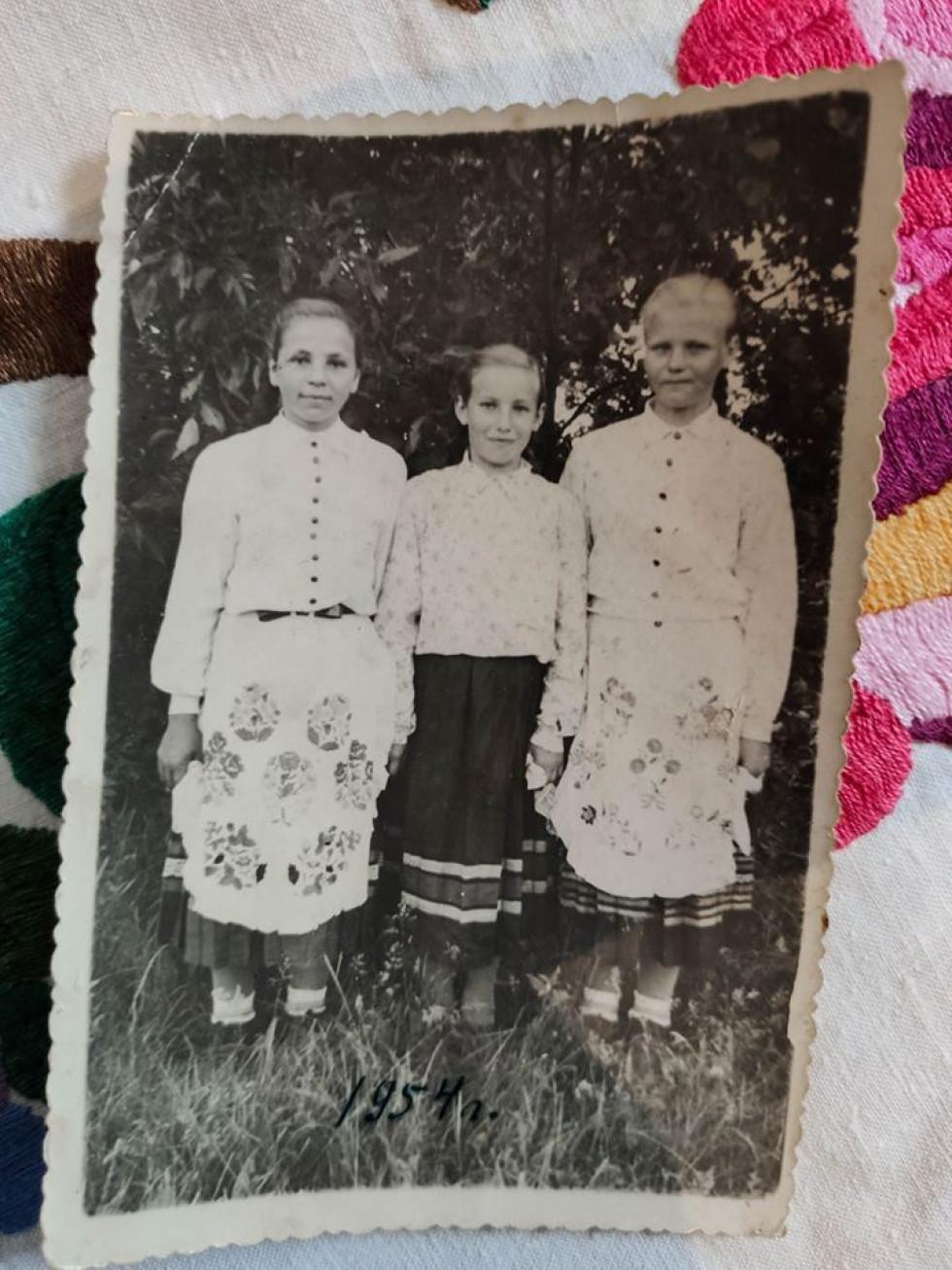 Ніна Жилко – перша ліворуч