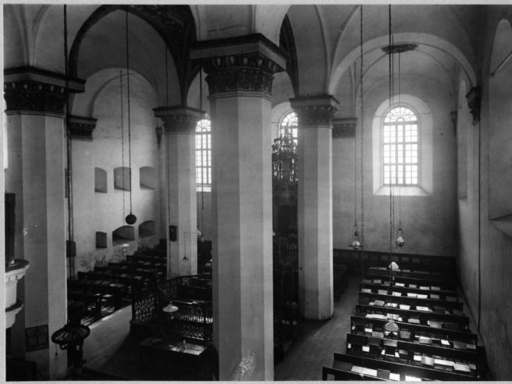 Приміщення синагоги, у якому видніються підвішені ядра
