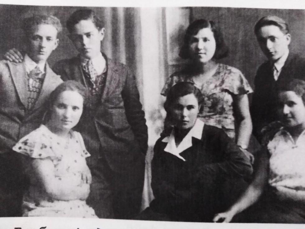 Фото друзів у школі. 1921 рік