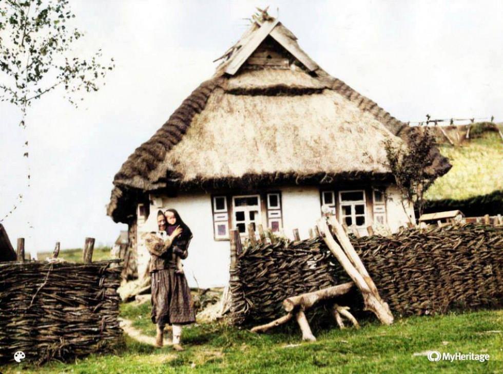 Матір з дитиною. Село Буцин (Старовижівський район), 1930-ті роки