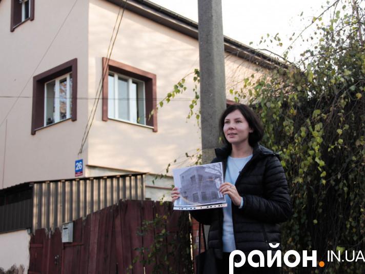 Редакторка Район.Історія Оксана Мельничук проводить екскурсію Луцьком