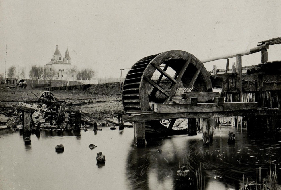 Зліва воротнівський храм Різдва Богородиці, справа – залишки зруйнованого водяного млина