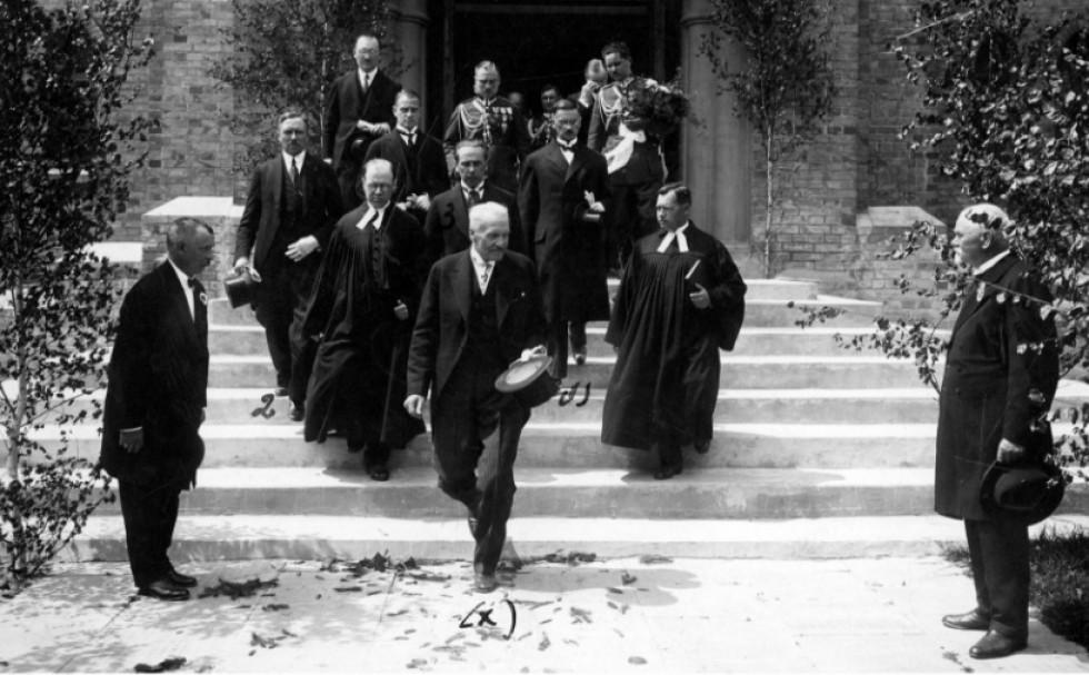 Польський президент  Ігнацій Мосьціцький разом з духовенством