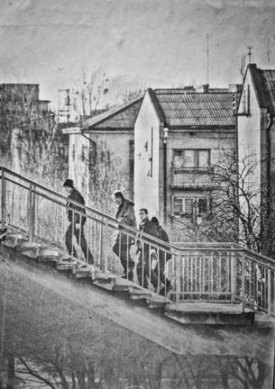 Люди піднімаються по сходах від залізничного вокзалу