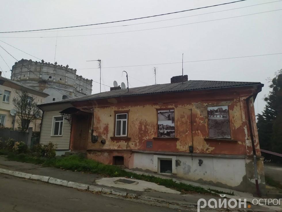«Вікно історії» на старій будівлі по вулиці Чорновола