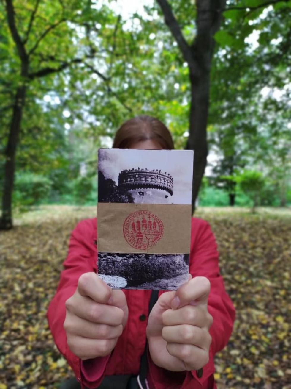 Керівниця ТІЦ Ірина Манько тримає набір листівок зі старих фото, виготовлених у межах проєкту