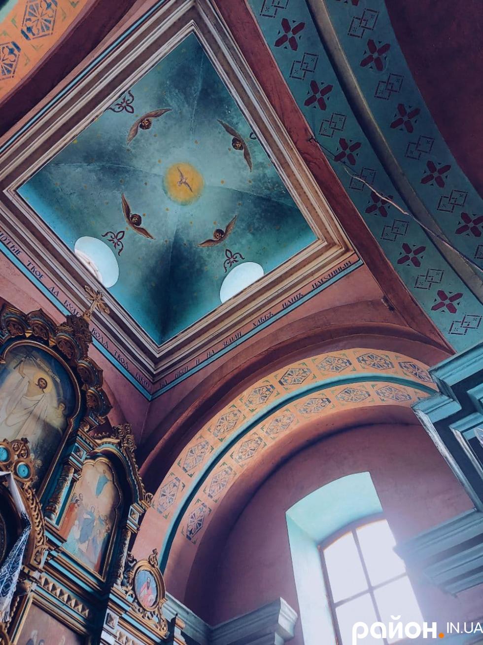 Церква у Кисилині. Настельні трафарети тут гарні, але «нерідні»