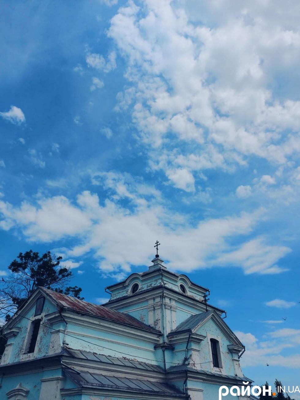 А ще будівля завжди була небесного кольору, відтінок при фарбуванні ніколи не змінювали