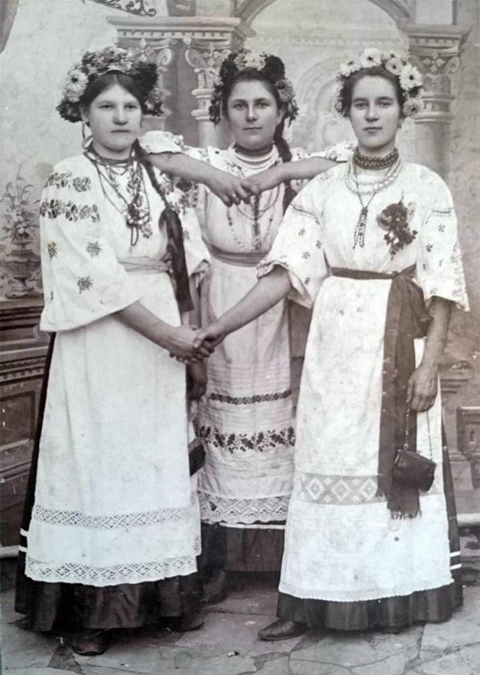 Українки із села Благодатне Амвросіївського району Донеччини, яке зараз окуповано. Фото середини ХХ століття