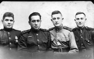 Павло Пац ( третій ліворуч) з фронтовими побратимами